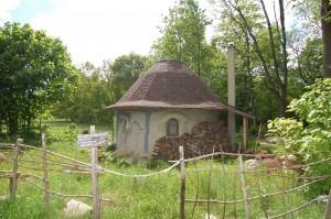 Hliněný dům Jaroslava Duška v obci Jindřichovice pod Smrkem